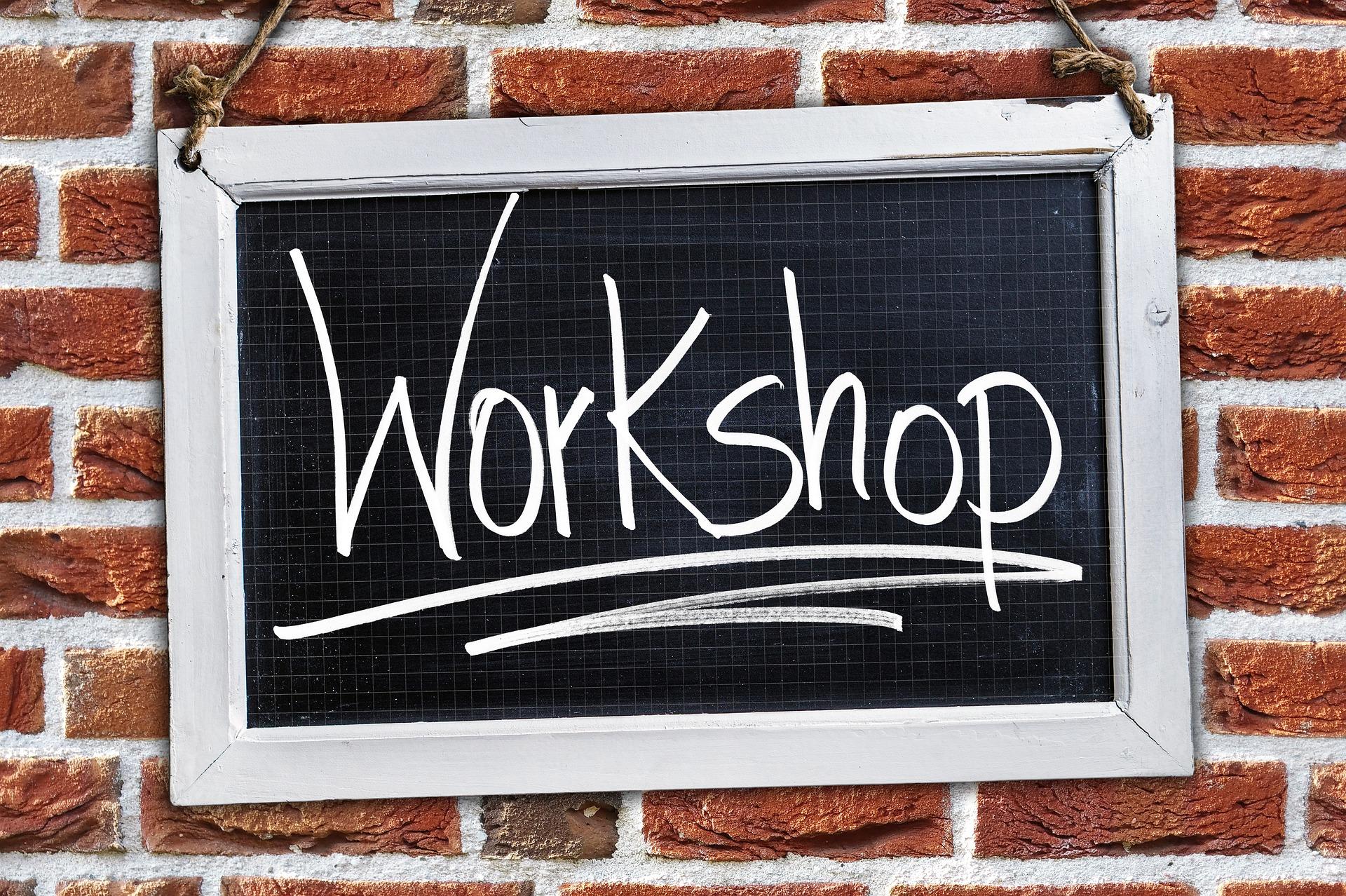 Symbolbild: Schwarze Tafel mit dem Wort Workshop in weiß