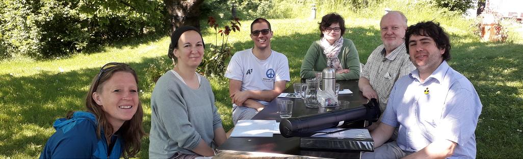 """Foto Peer-Streitschlichter und Streitschlichterinnen bei einem Termin der Tages-Struktur """"Am Himmel"""" im Garten"""